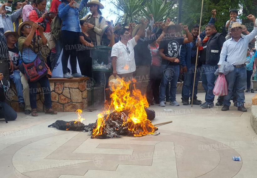 Video: Queman a policía de cartón en mitin de Nochixtlán | El Imparcial de Oaxaca