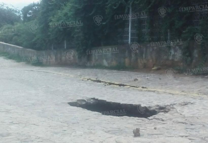 Se hunde calle José López Alavez en el barrio de Xochimilco | El Imparcial de Oaxaca