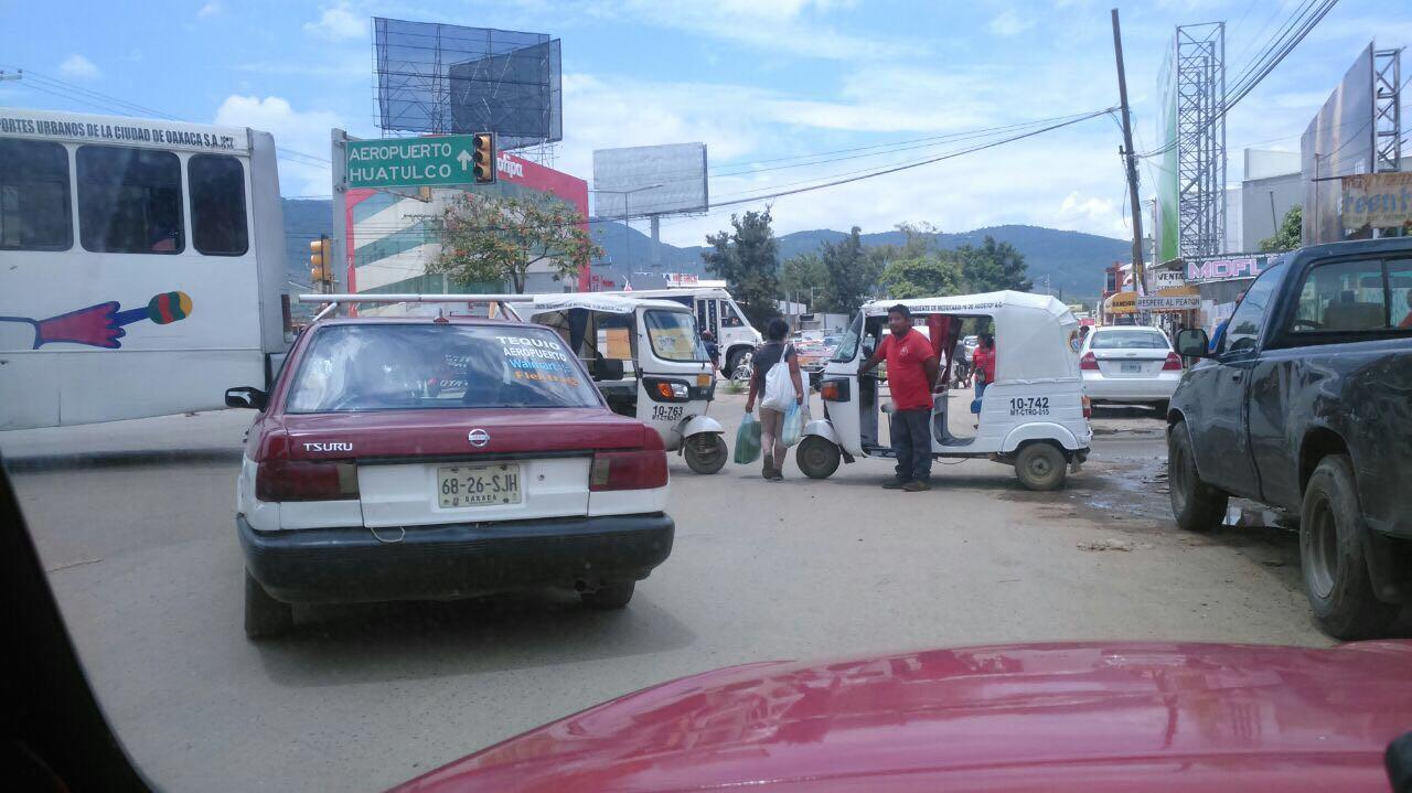 Integrantes de la CTM bloquean crucero de símbolos patrios y universidad | El Imparcial de Oaxaca