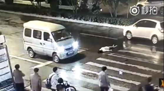 Video: Mujer es atropellada dos veces y nadie la ayuda   El Imparcial de Oaxaca