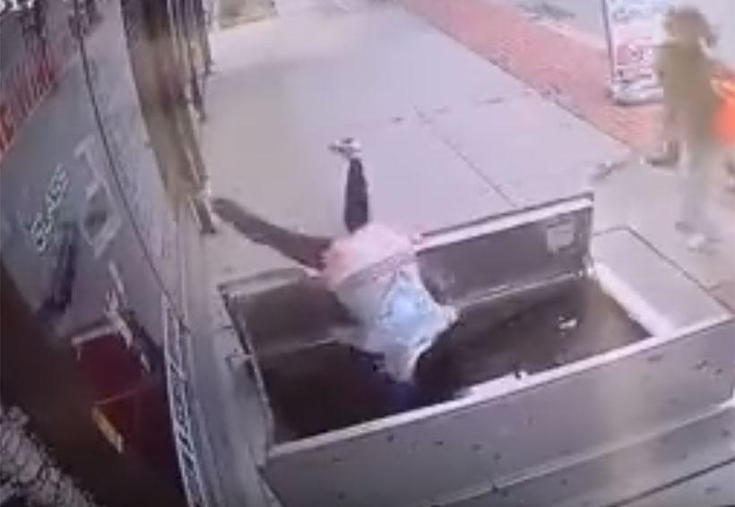 Video: Mujer sufre aparatosa caída por revisar su teléfono celular | El Imparcial de Oaxaca