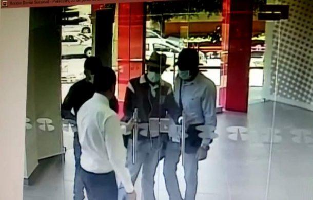 Video: Empleado de banco vence a tres atracadores con un solo movimiento   El Imparcial de Oaxaca