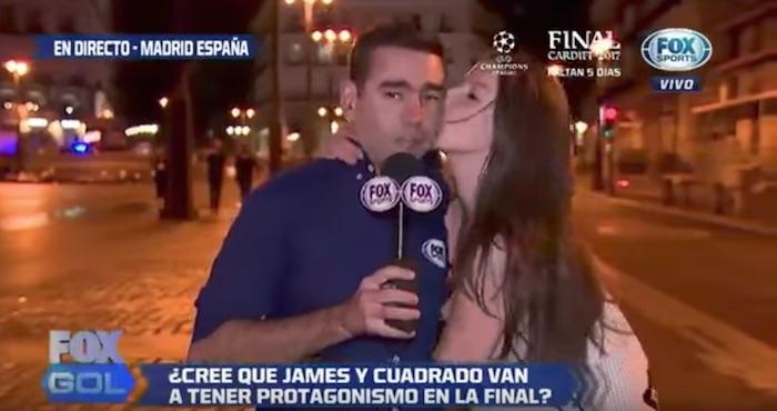 Joven besa a reportero durante transmisión en vivo; él ruega porque su novia no haya visto   El Imparcial de Oaxaca