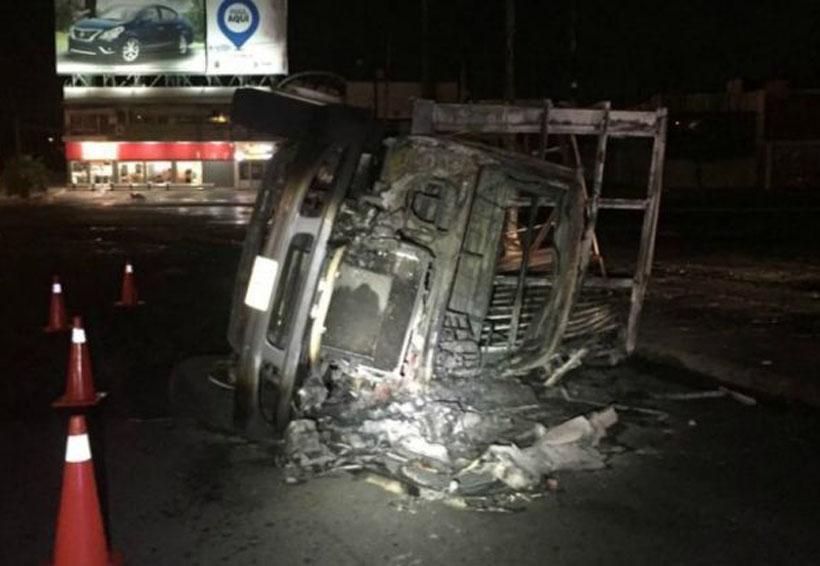 Se vuelcan en un camión y explota   El Imparcial de Oaxaca