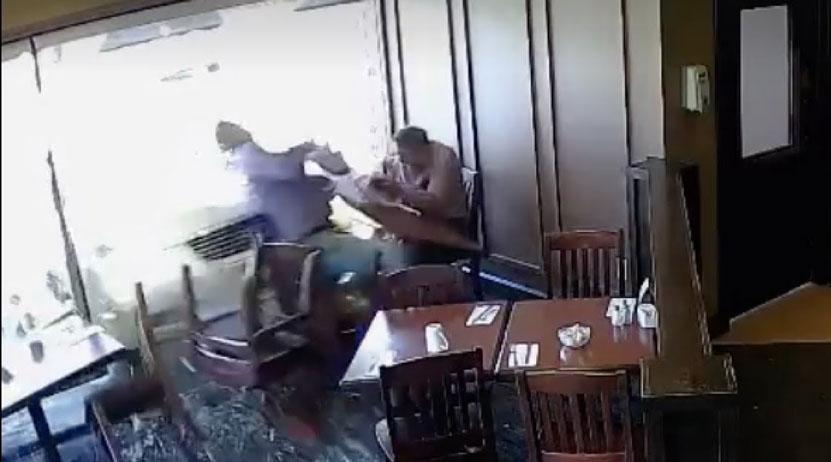 Comían tranquilamente en un restaurante cuando pasó algo inesperado | El Imparcial de Oaxaca