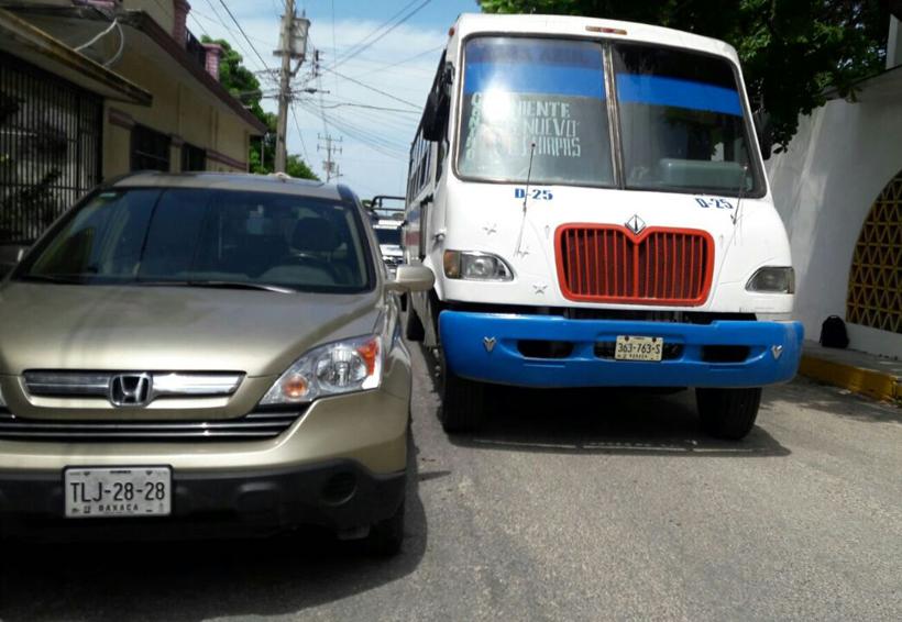 Camión urbano impacta a camioneta de lujo | El Imparcial de Oaxaca