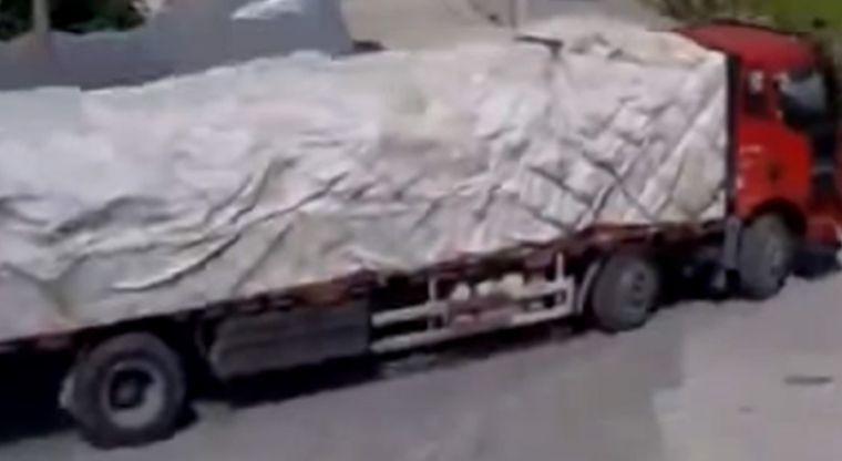 Video: Camión da marcha atrás y sucede una tragedia | El Imparcial de Oaxaca