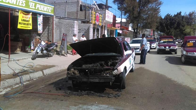 Arde taxi en Símbolos Patrios | El Imparcial de Oaxaca