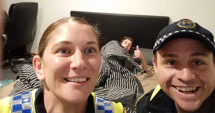 Policías australianos se toman una selfie con joven ebrio a quien ayudaron a llegar a su casa | El Imparcial de Oaxaca