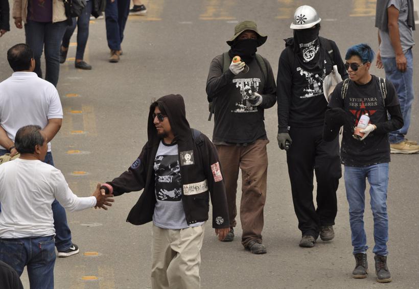 En plena marcha, asaltan y golpean a policía vial en Oaxaca | El Imparcial de Oaxaca