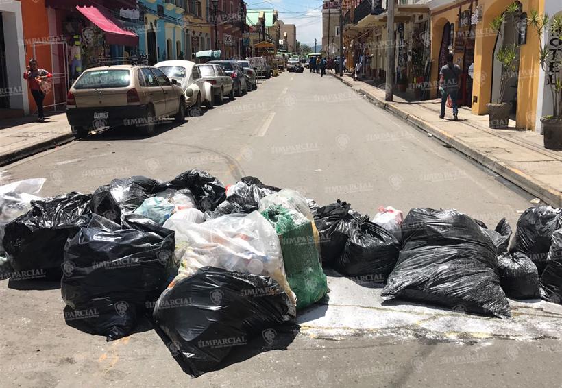Comerciantes bloquean con basura calle Aldama y JP García | El Imparcial de Oaxaca