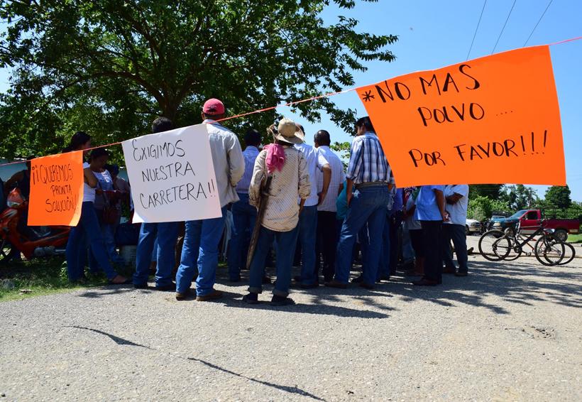 Bloquean el paso en la Cuenca, exigen reparación de la carretera | El Imparcial de Oaxaca