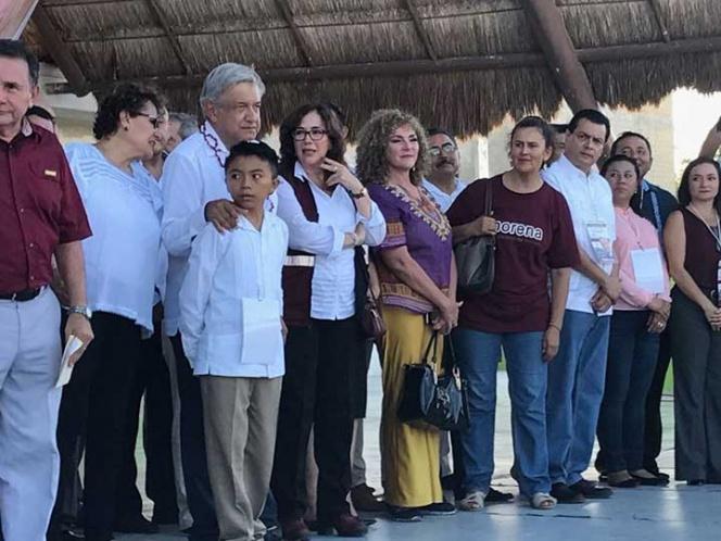 Niño que reclamó a diputados acompaña a AMLO en Quintana Roo | El Imparcial de Oaxaca