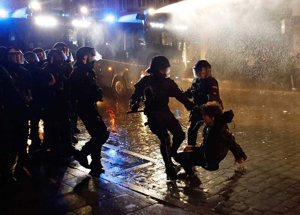 Más de 180 detenidos tras tercera noche de disturbios por el G20 | El Imparcial de Oaxaca