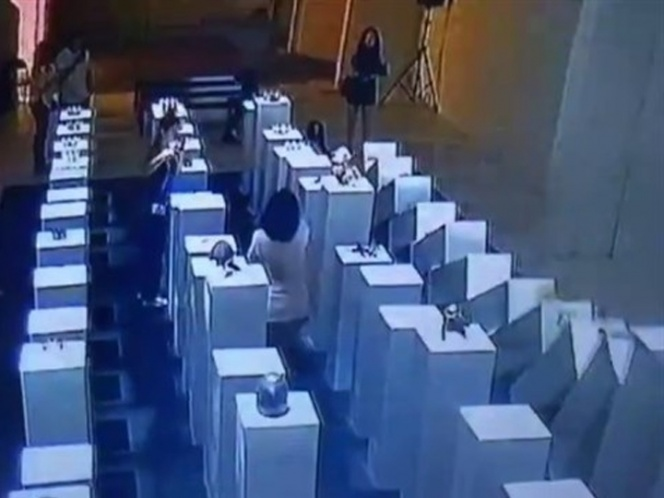 Por una selfie, mujer arruina escultura de 200 mil dólares | El Imparcial de Oaxaca