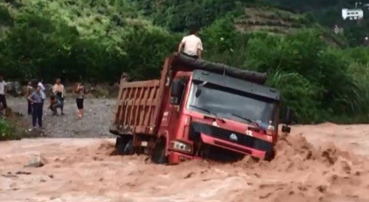Intentó cruzar con el río crecido y esto le ocurrió | El Imparcial de Oaxaca