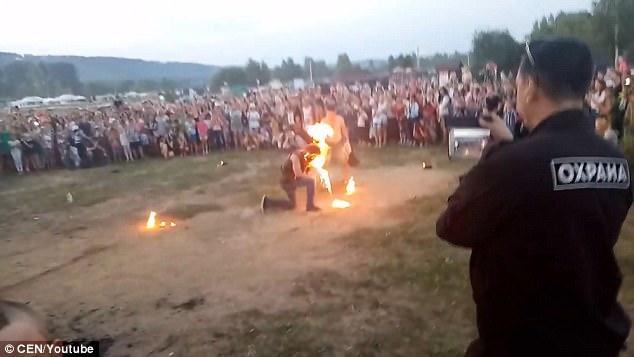 Acaba con la cara en llamas mientras realiza un espectáculo con fuego | El Imparcial de Oaxaca