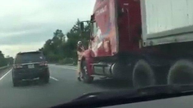 Impactante momento en que un policía agarrado a un camión es empotrado contra un muro | El Imparcial de Oaxaca