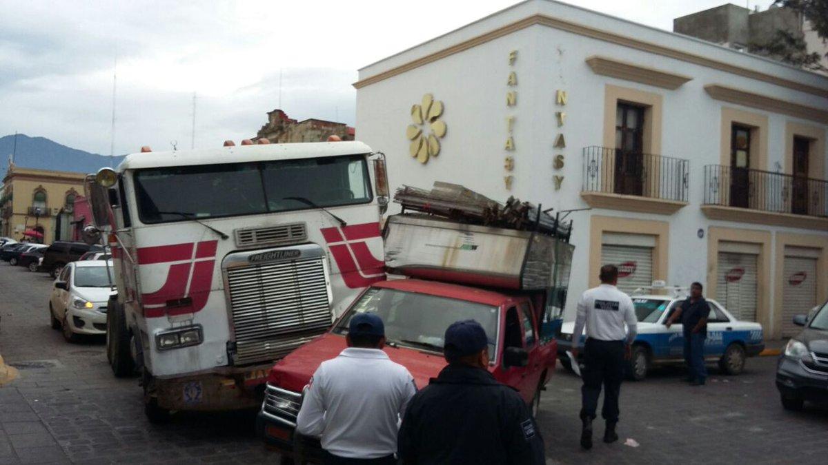 Choque en Armenta y López entre trailer y camioneta | El Imparcial de Oaxaca
