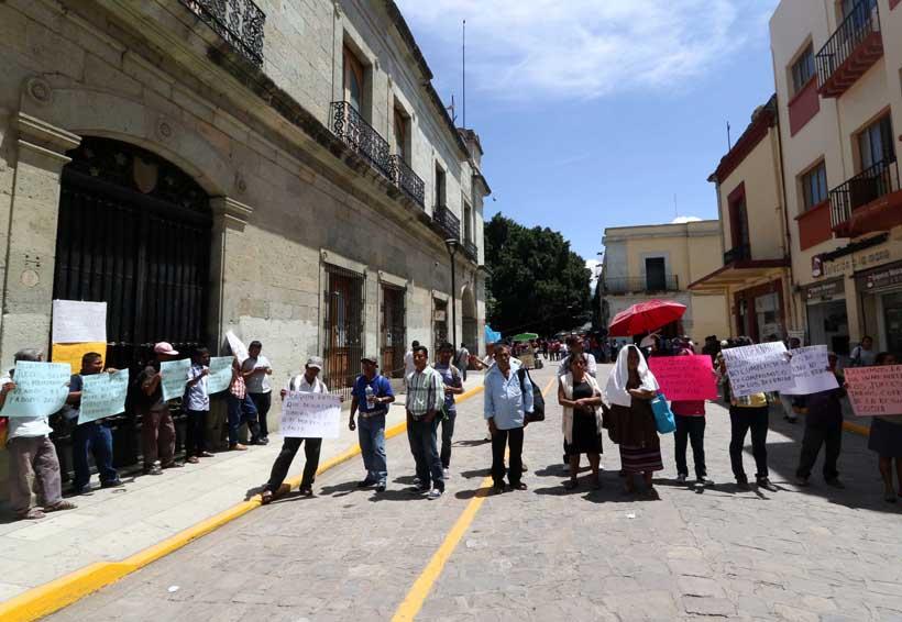 Defraudados por cajas de ahorro acordonan el Palacio de Gobierno en Oaxaca | El Imparcial de Oaxaca