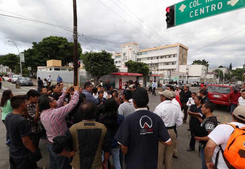 Bloquean empleados Calzada Porfirio Díaz | El Imparcial de Oaxaca