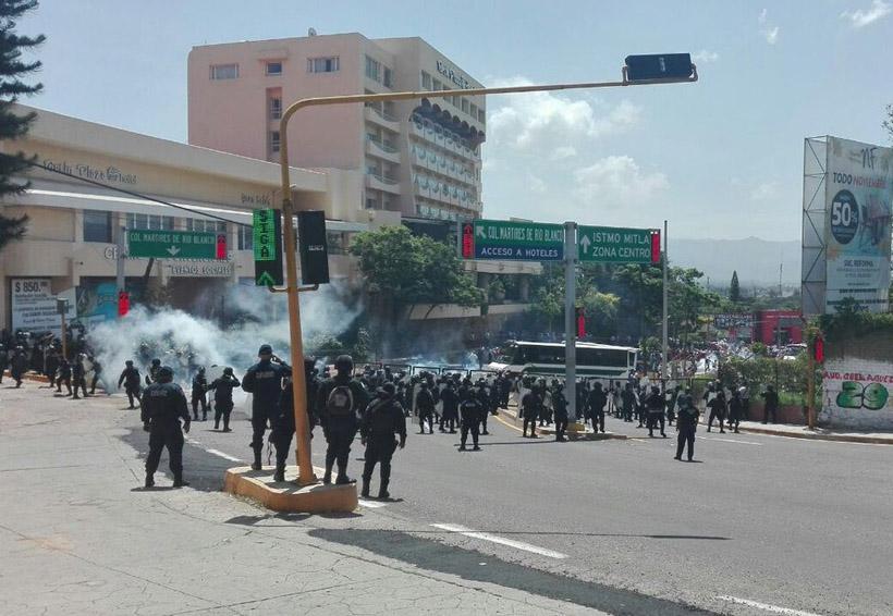 Video: Policía impide a grupo de maestros subir al Fortín | El Imparcial de Oaxaca