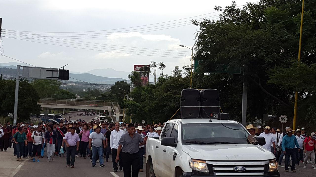 Avanza marcha de la sección 22 hacia el cerro del fortín   El Imparcial de Oaxaca