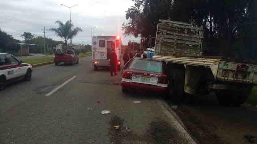 Chocan taxi y camión en Reyes Etla | El Imparcial de Oaxaca