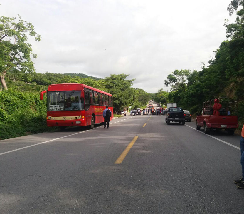 UCIZONI bloqueó el paso  en la carretera Transístmica en Matías Romero | El Imparcial de Oaxaca