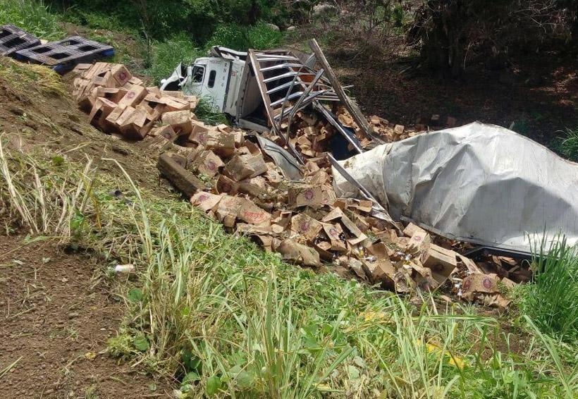 ¡Vuelca camión con cervezas en Pinotepa! | El Imparcial de Oaxaca