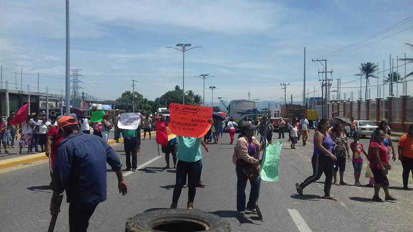 Desalojan a manifestantes  por bloquear vialidad en Salina Cruz | El Imparcial de Oaxaca