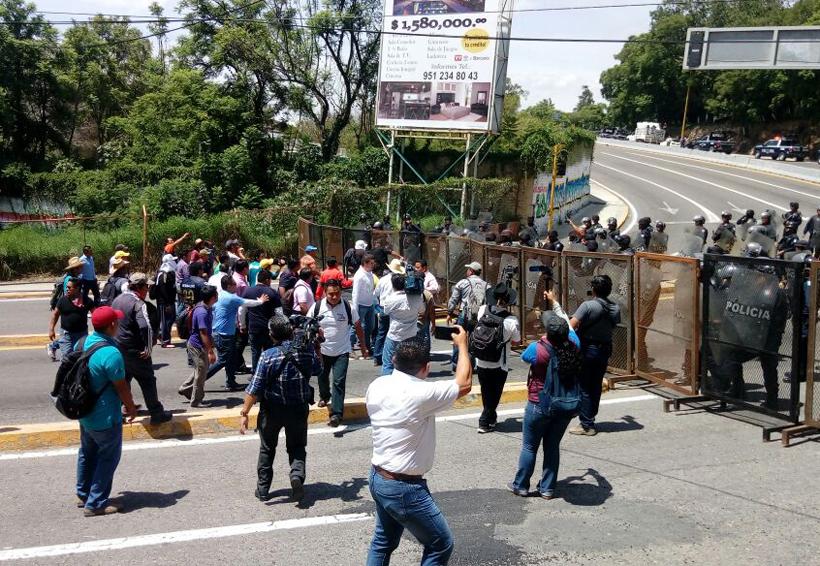 Chocan policías y docentes de S-22   El Imparcial de Oaxaca