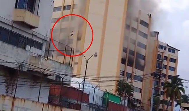 Espeluznante salto para salvar su vida durante un incendio en un Ministerio | El Imparcial de Oaxaca