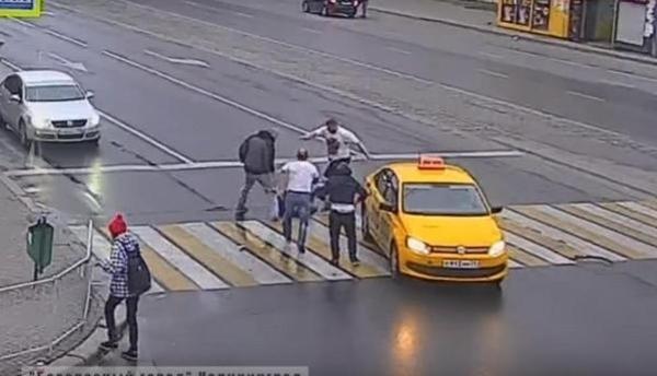 Un abusivo pasajero de un taxi golpea a una chica pero no se esperaba la aparición de este fortachón | El Imparcial de Oaxaca