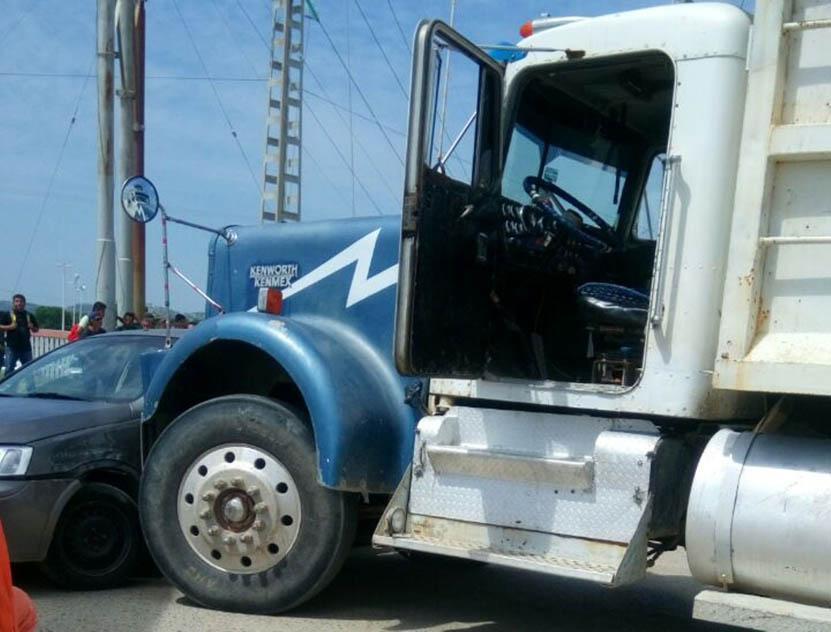 Se impacta volteo contra auto compacto en Salina Cruz | El Imparcial de Oaxaca