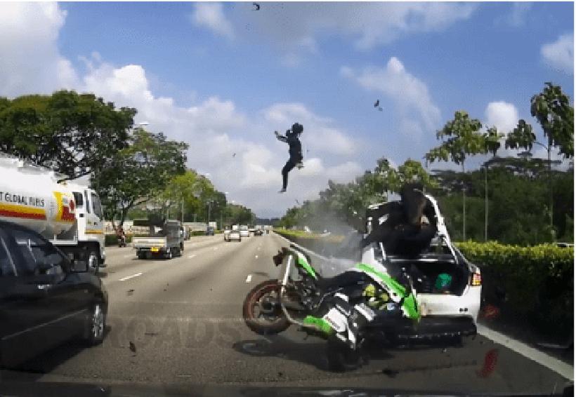 Video: Terrible accidente de moto por un auto detenido en una autopista   El Imparcial de Oaxaca