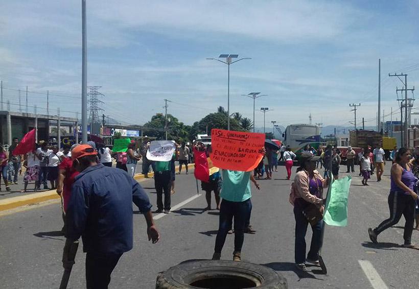 En el Istmo desalojan a manifestantes por bloquear vialidad   El Imparcial de Oaxaca