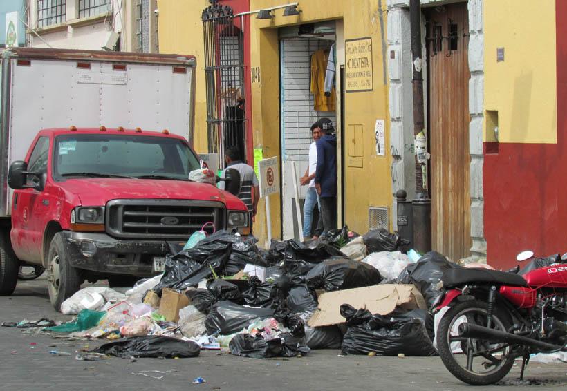 Ordenan dueños de establecimientos de Oaxaca tirar la basura en la calle | El Imparcial de Oaxaca