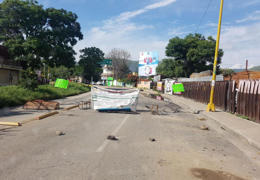 Bloquean Periférico a la altura de la colonia Libertad | El Imparcial de Oaxaca