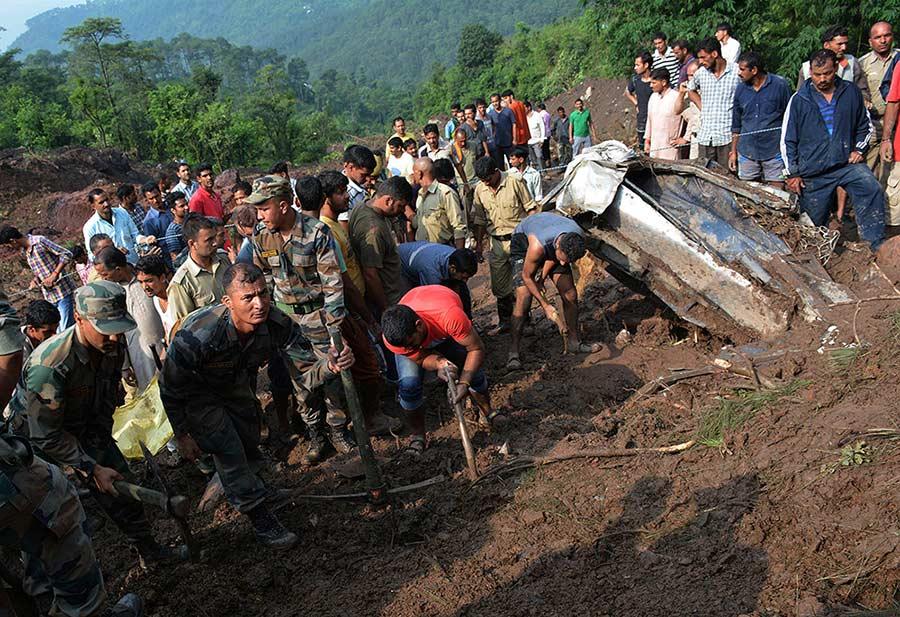 Casi 50 muertos por alud que sepultó carretera en India   El Imparcial de Oaxaca