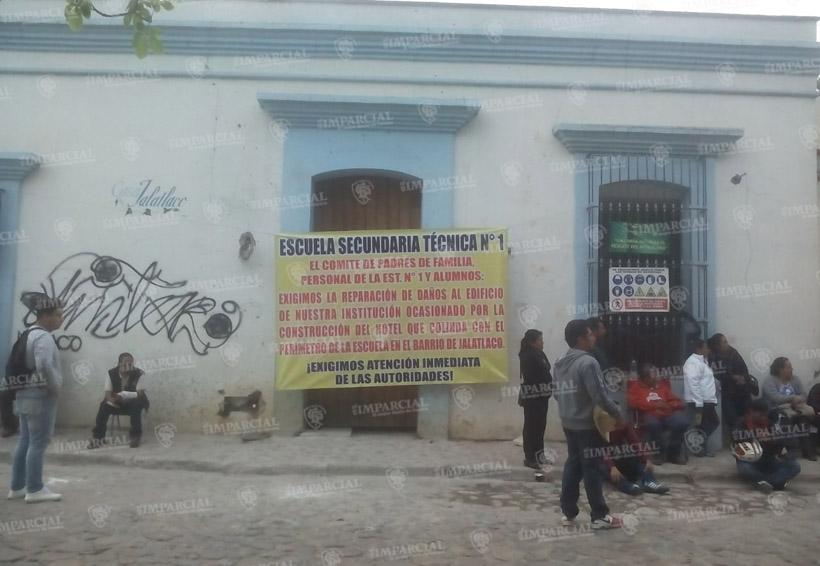 Padres de familia de la Técnica 1 bloquean entrada a la obra del hotel en conflicto   El Imparcial de Oaxaca