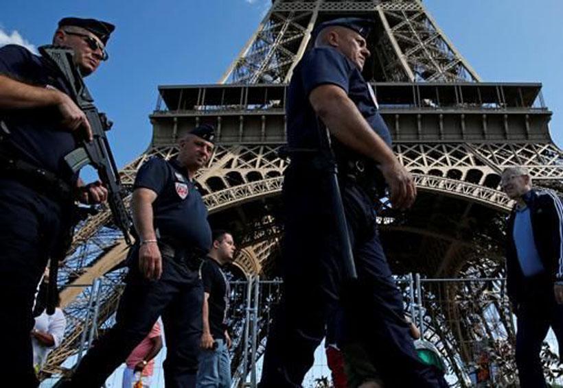 Detienen a hombre armado que trataba de irrumpir en la Torre Eiffel | El Imparcial de Oaxaca