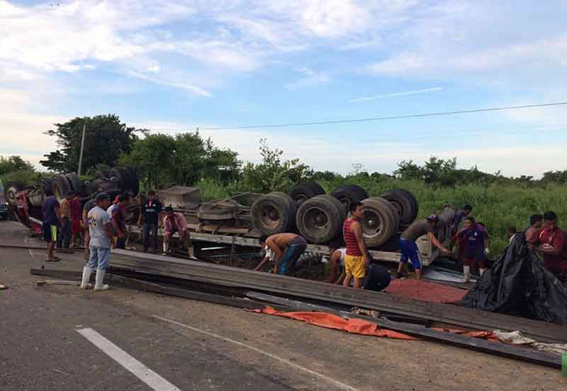 ¡Vuelca tráiler! | El Imparcial de Oaxaca