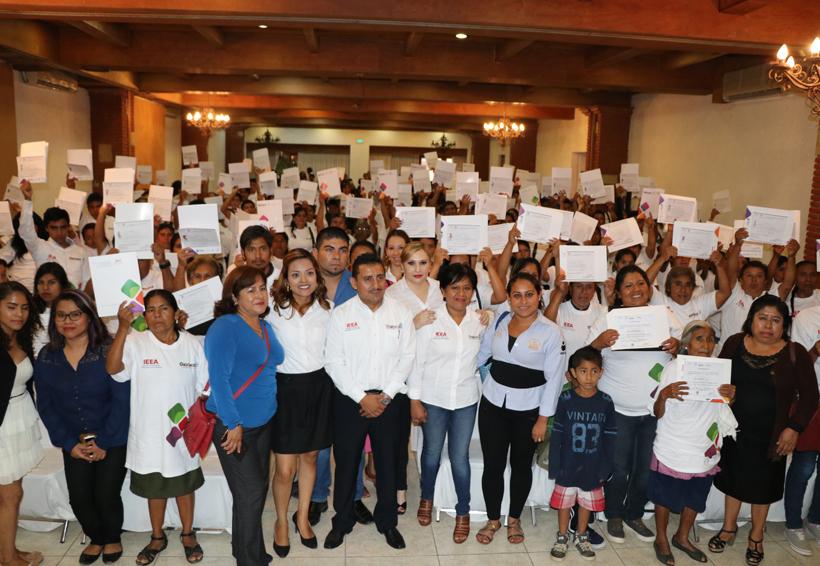 En la capital del Estado elIEEAentregocertificados de estudio de nivel primaria y secundaria, así como constancias de Alfabetización   El Imparcial de Oaxaca