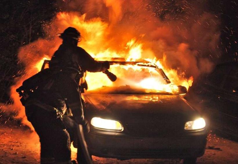 Salvan a un conductor de morir quemado en su auto tras accidentarse | El Imparcial de Oaxaca