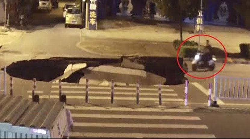 Video: Motorista circula mirando su celular y se cae por un socavón   El Imparcial de Oaxaca