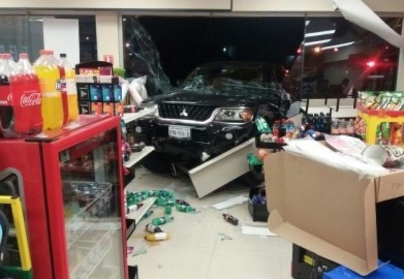 Se mete con todo y camioneta al Oxxo   El Imparcial de Oaxaca