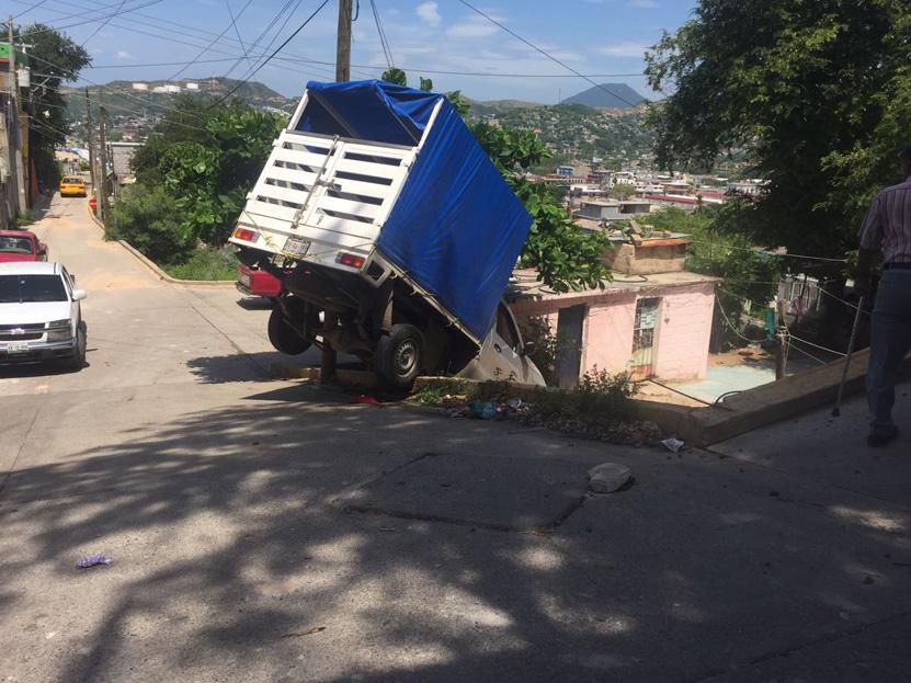 ¡Casi se despeña! en Salina Cruz | El Imparcial de Oaxaca