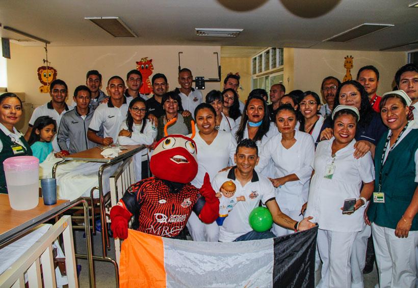 Alebrijes de Oaxaca visitan a infantes en Hospital General de Zona | El Imparcial de Oaxaca