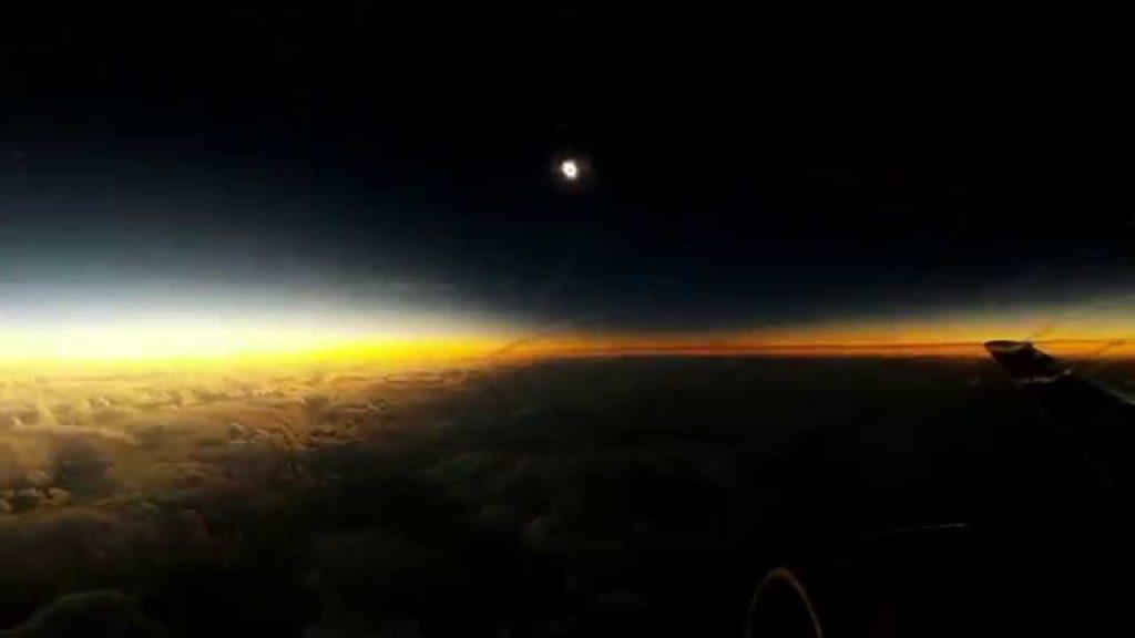 El impresionante 'eclipse solar total americano' visto desde un avión   El Imparcial de Oaxaca